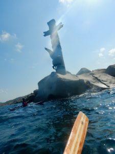 Il passaggio sotto il Monumento agli Eroi del Mare